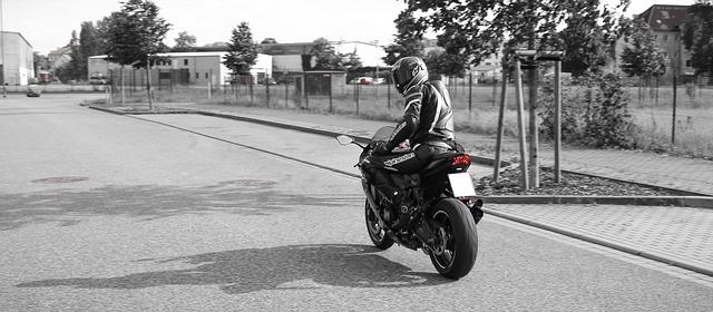 motorkář na motorce.jpg