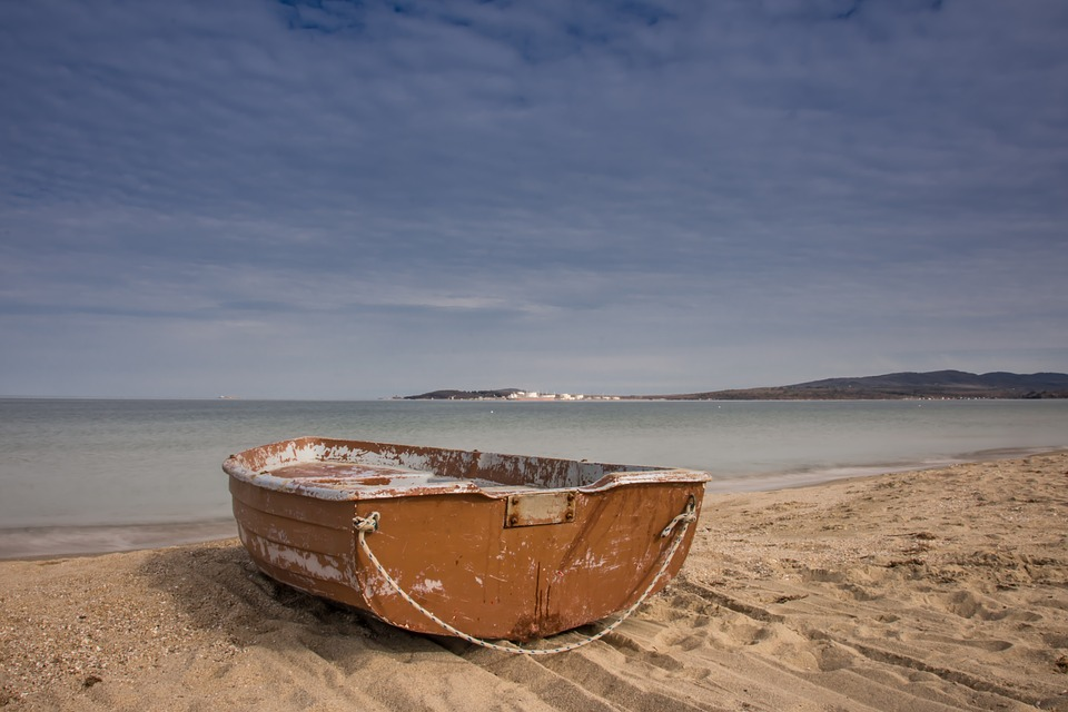 loďka na pláži