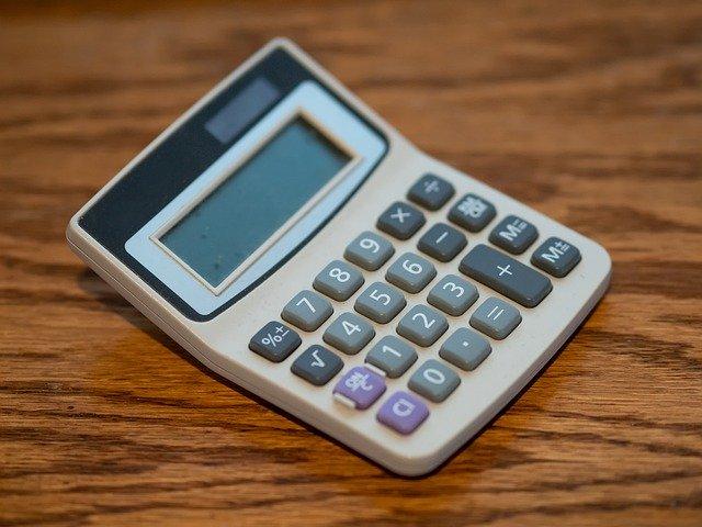 starší šedivá kalkulačka