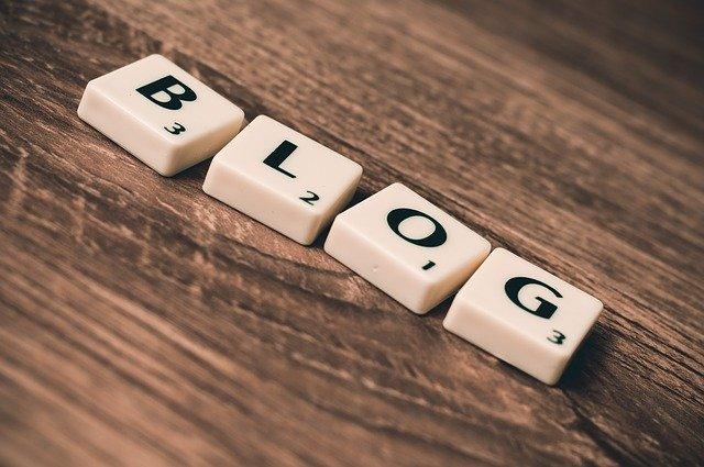 slovo Blog napsané scrabble písmenky