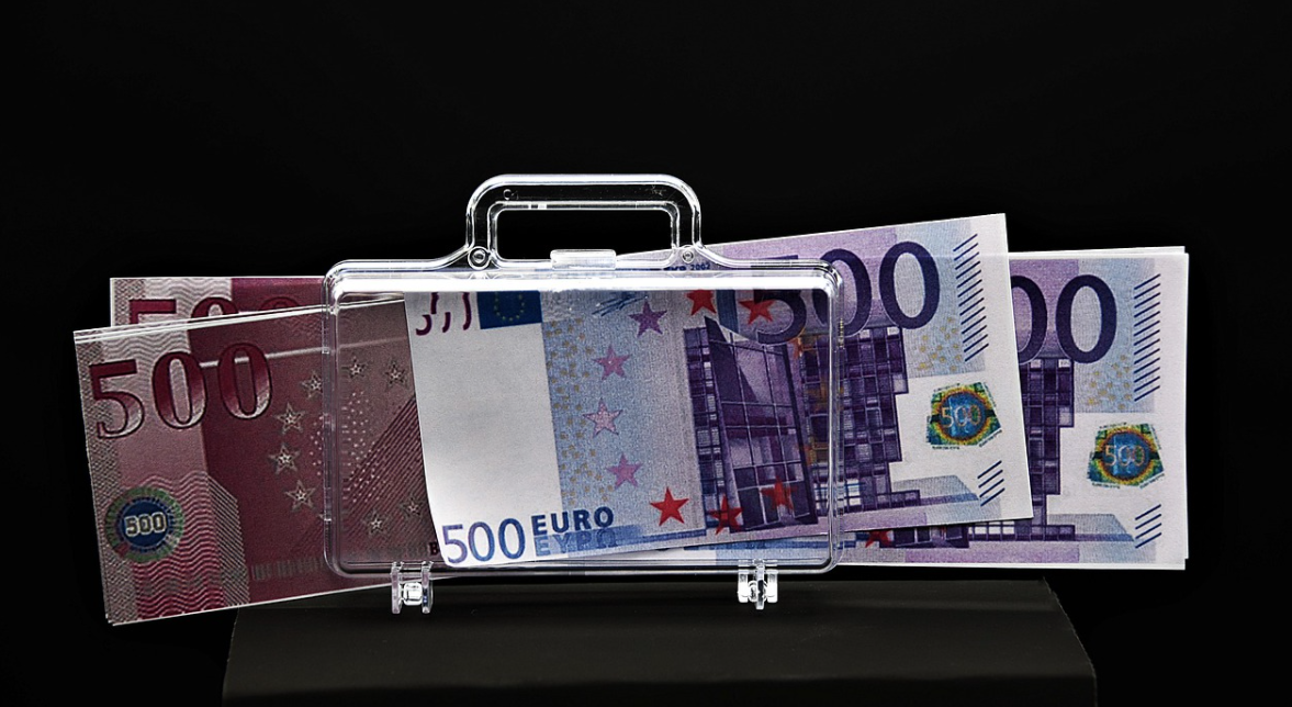 peníze a kufřík